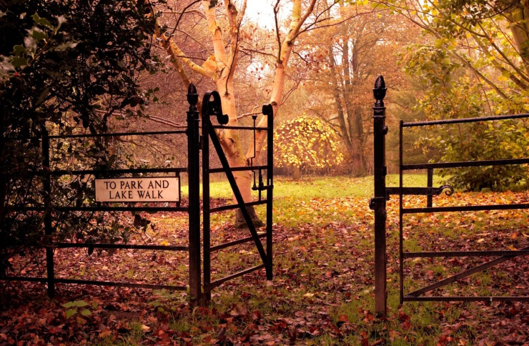 thumbnail_garden-autumn-view-garden-gates-at-middlethorpe-hall